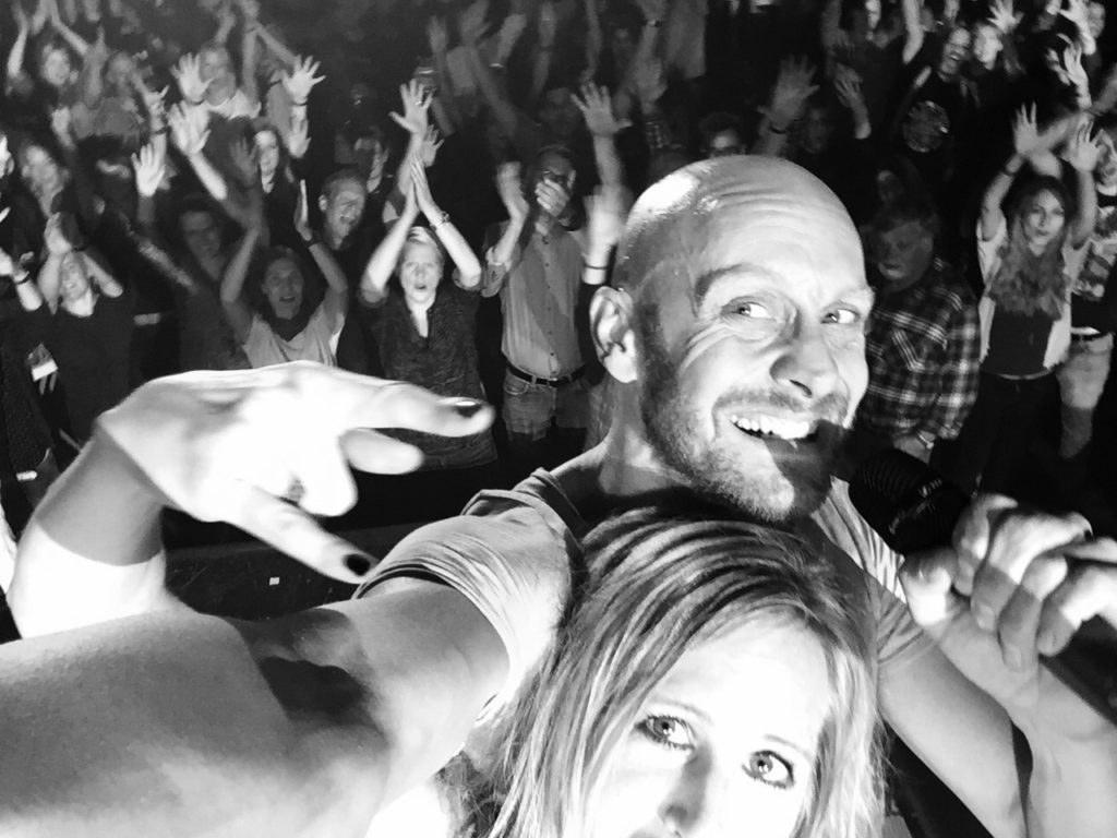 selfie_loco_buehne_amh_holger_marisa_publikum_audience_fullsize